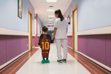 Projeto transforma camisas de time em batas hospitalares