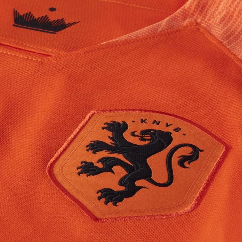 7e7f4731a7 A faixa na nuca é preta e apresenta a leoa em branco. A Nike estampa uma  versão preta de sua logomarca no lado direito do peito ...